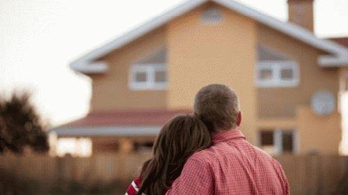 Пара смотрит на свой дом